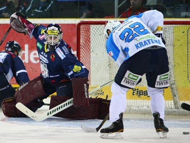 Ondřej Kratěna (vpravo) se snaží překonat gólmana Liberce Marka Schwarze.
