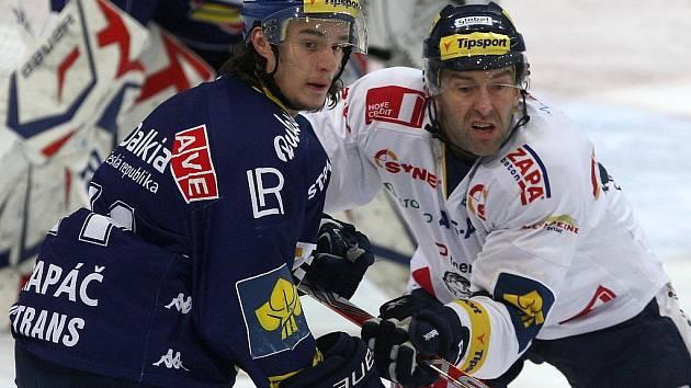 Petr Strapáč z Vítkovic (vlevo) a Petr Nedvěd z Liberce.