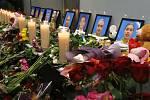 Svíčky a květiny u fotografií obětí z řad posádky ukrajinského dopravního letadla, které sestřelil Írán.