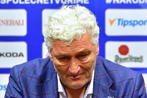 Trenér české hokejové reprezentace Miloš Říha se neubránil slzám.