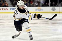 Finský hokejový obránce Rasmus Ristolainen uzavřel krátce před startem nové sezony NHL smlouvu s Buffalem.