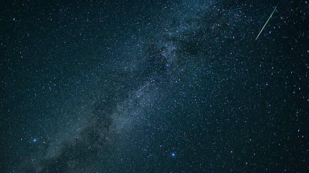 Meteorický roj (vpravo nahoře) na obloze - ilustrační foto.
