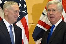 Americký ministr obrany Jim Mattis (vlevo) a britský ministr obrany Michael Fallon.