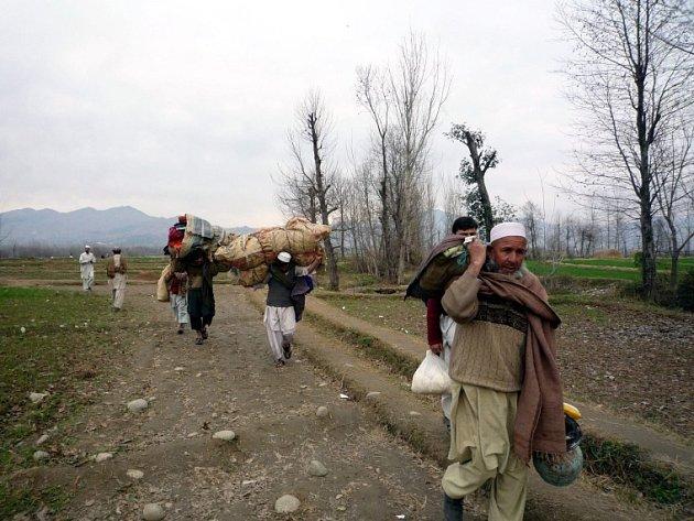 Obyvatelé opouštějí údolí Swat, zasažené boji pákistánských vojáků a Talibanu.