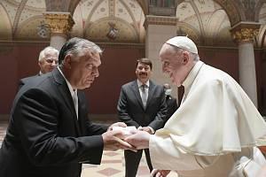 Zleva maďarský premiér Viktor Orbán a papež František