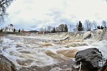 Déšť a tání sněhu dnes začaly zvedat hladiny řek v Plzeňském kraji, zejména na Šumavě.