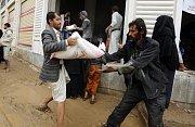 Humanitární organizace posílají do Jemenu zásoby potravin