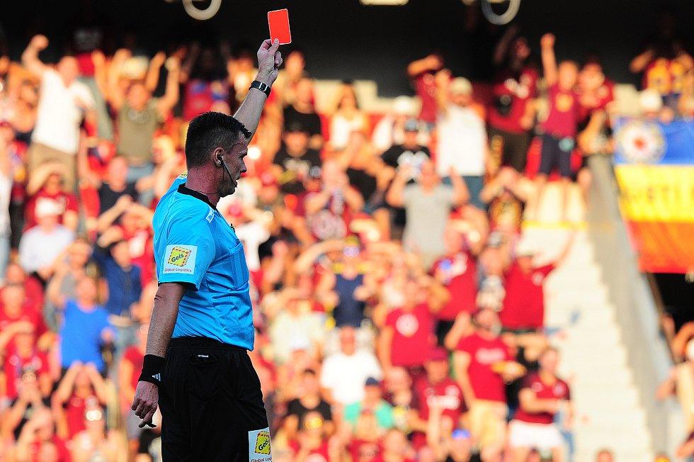 Fotbalové utkání Fortuna ligy mezi celky AC Sparta Praha  a 1. FK Příbram 19. srpna v Praze. Pavel Franěk uděluje červenou kartu.