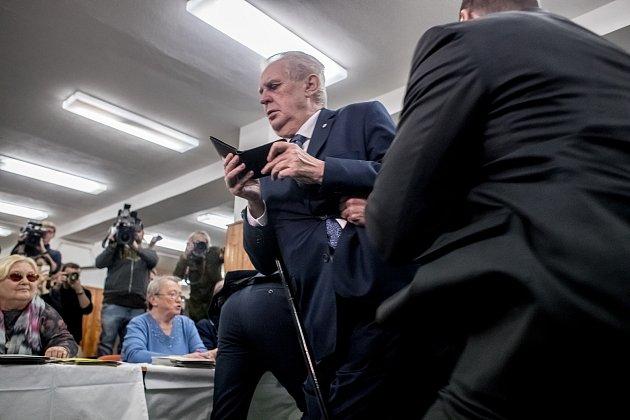 Ve volební místnosti v Praze, kde plánoval prezident Miloš Zeman volit zasahovala jeho ochranka kvůli jeho napadení aktivistkou z hnutí Femen.