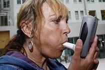 Zájemci z řad kuřáků si v pondělí 31. května 2010 při příležitosti Světového dne bez tabáku mohli v Ústřední vojenské nemocnici v Praze-Střešovicích změřit pomocí speciálního přístroje smokelyzeru obsah oxidu uhelnatého ve výdechu.