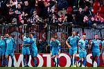 Fotbalisté Slavie se radují spolu s fanoušky z vítězné branky Jana Matouška v zápase v Kodani.