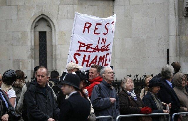 Demonstranti, kteří dorazili k trase pohřebního průvodu.