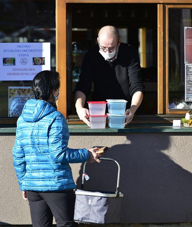 Mnoho restaurací pomáhalo zdravotnickým zařízením