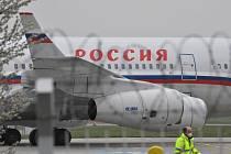 Pohled na ruský vládní letoun Iljušin 96-300, který 19. dubna 2021 odpoledne přiletěl na pražské Letiště Václava Havla pro vyhoštěné ruské diplomaty a jejich rodinné příslušníky.