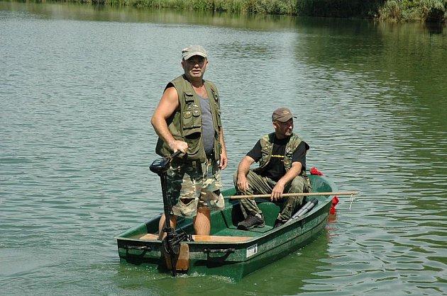 Znečištění rybníka v Modlanech způsobilo úhyn desítek velkých candátů. Rybáři jsou nešťastní. Škoda jde do statisíců korun.