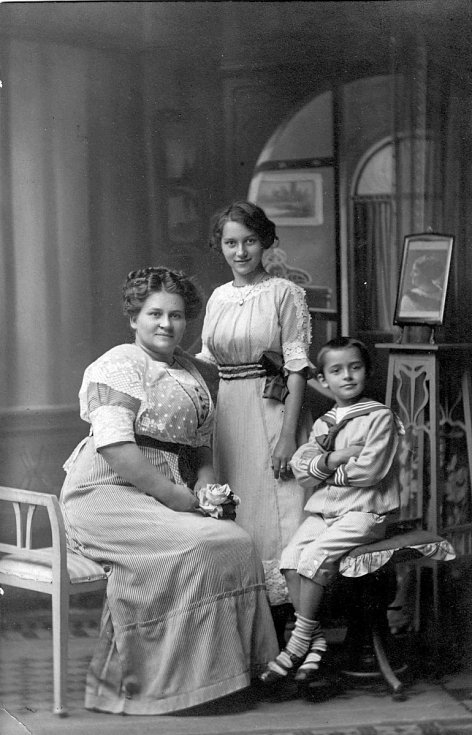 Malý Emil František Burian s matkou Vlastou a sestrou Libuší
