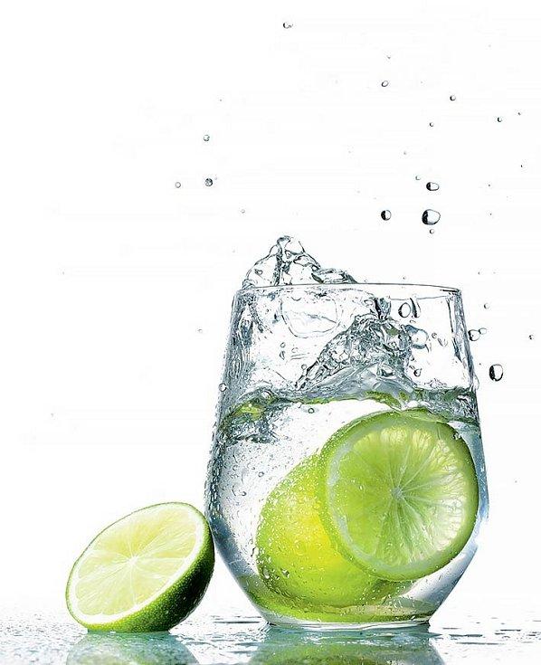 Citrusy obecně platí zaskvělý zdroj vitaminu C, který podporuje obranyschopnost organismu, proto si každé ráno dejte sklenici vlažné (nikoli studené!) vody svymačkaným citronem nebo limetkou.
