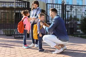 Školáci a rodiče - Ilustrační foto