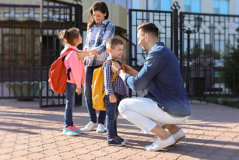 Školáci a rodiče. Ilustrační snímek