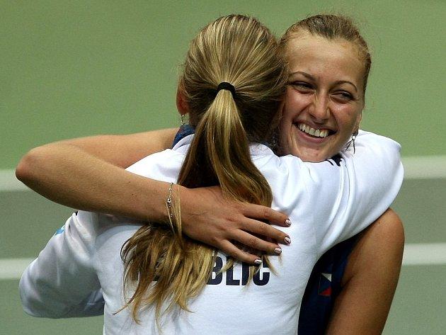 Petra Kvitová (vpravo) a Lucie Šafářová se radují z postupu do finále Fed Cupu.