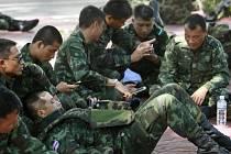 Thajská armáda rozmístila v centru metropole Bangkoku tisíce vojáků a policistů, kteří mají zabránit demonstrantům v uspořádání protestu proti vojenskému převratu, ke kterému v zemi došlo 22. května.