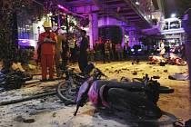 Nejméně 12 lidí zemřelo a 20 bylo zraněno při explozi bomby v thajském Bangkoku.