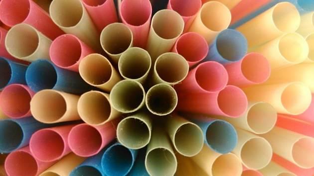 Plastová brčka. Ilustrační snímek