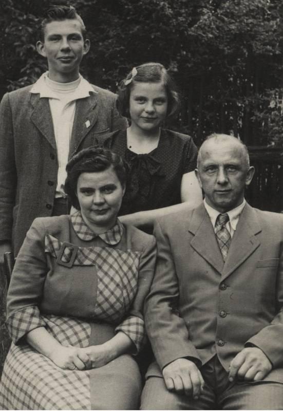 Walter Sitte s rodiči a se sestrou (1951)
