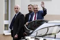 Prezident Miloš Zeman (vpravo) vystupuje 17. října 2019 z automobilu u interní kliniky pražské střešovické nemocnice, kam podle Hradu přijel na čtyřdenní rekondiční pobyt