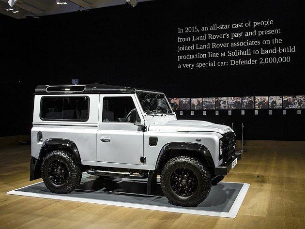 Dvoumiliontý Land Rover Defender byl vydražen za více než 14 milionů.