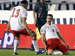 Pawel Brožek se raduje z gólu, gratulovat mu běží Marcin Wasilewski.