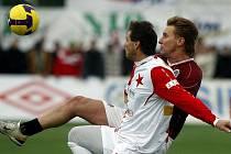 Během silvestrovského derby Sparty a Slavie se o každý míč sváděly líté souboje.