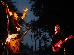 Festival United Islands, který se na vltavských ostrovech v centru Prahy, bude konat již po desáté, má magickou atmosféru. Snímek je z roku  2010, kdy  dvoudenní program zahájila na hlavní scéně festivalu španělská zpěvačka Amparo Sanchez.