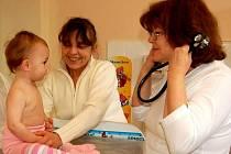 Pediatrička se svým dětským pacientem - ilustrační foto