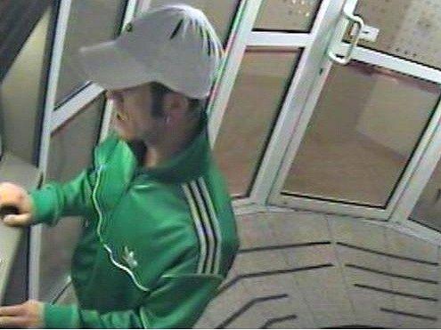 Policisté pátrají po neznámém muži, který vybal z odcizené platební karty 45 tisíc korun.