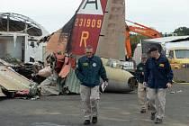 Pracovníci Národní rady pro bezpečnost dopravy vyšetřují havárii bombardéru B-17 na mezinárodním letišti v americkém Bradley