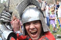 Rekonstrukci bitvy z roku 1420, kdy husité dobyli a vyplenili hrad Poděhusy, ve středu 6. července 2011 předvedlo asi padesát členů skupin historického šermu na zřícenině hradu Helfenburk u Bavorova na Strakonicku nadšeným asi pěti stům divákům.