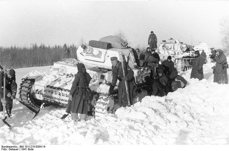 Němci vysvobozují z příkopu zapadnutý Panzer IV Ausf. D