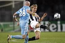 Pavel Nedvěd ukopává míč před Sebastienem Puygrenierem.