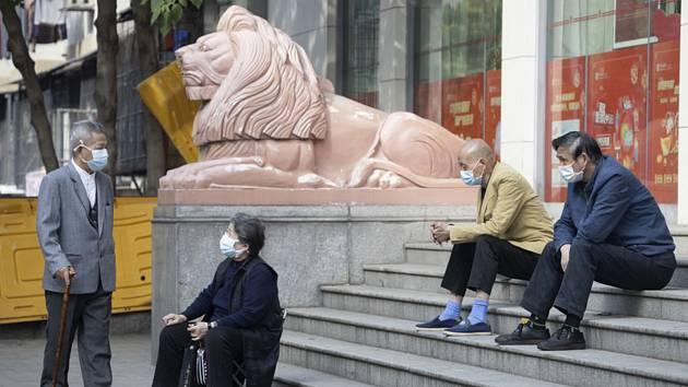 Senioři před bankou ve Wu-chanu