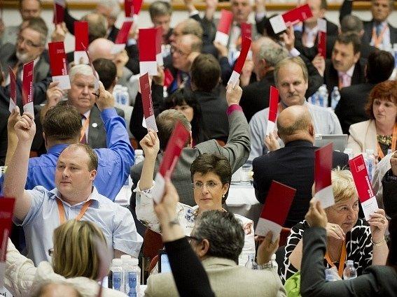 Hlasování delegátů na sjezdu ČMKOS.