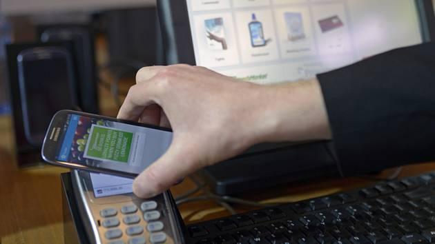 Platba mobilním telefonem - ilustrační foto