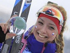 Biatlonistka Markéta Davidová se raduje z triumfu na juniorském mistrovství Evropy.