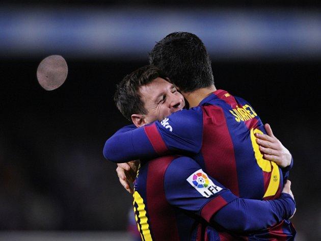 Hvězdy Barcelony Lionel Messi (vlevo) a Luis Suárez se radují z gólu ve slavném El Clásicu proti Realu Madrid.