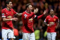 Wayne Rooney z Manchesteru United (uprostřed) se raduje se spoluhráčem Angelem Di Mariou (vlevo) z gólu proti Prestonu.