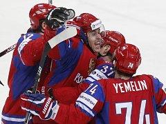 Jevgenij Malkin z Ruska (uprostřed) se raduje se spoluhráči z gólu proti Finsku na mistrovství světa.