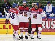 Čeští hokejisté (zleva) David Pastrňák, Michal Jordán a Tomáš Plekanec se radují z gólu proti Kazachstánu.
