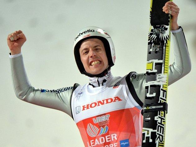 Simon Ammann vyhrál úvodní závod Turné čtyř můstků v Oberstdorfu.