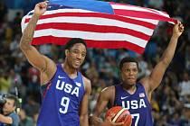 Basketbalisté USA Demar DeRozan (vlevo) a Kyle Lowry se radují ze zlatých medailí na olympijských hrách v Riu.