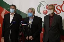 Zleva první místopředseda KSČM Petr Šimůnek, předseda strany Vojtěch Filip a místopředseda Stanislav Grospič